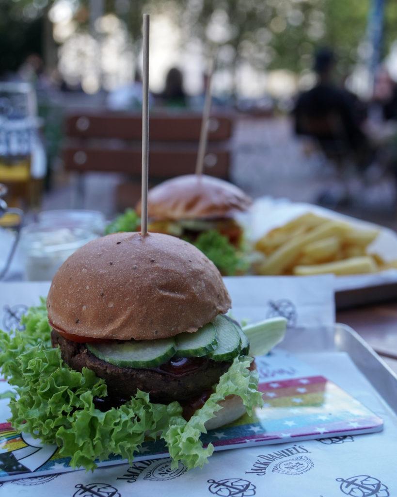 Hildesheim, veganer Mr. Bean Burger in der Bootschaft